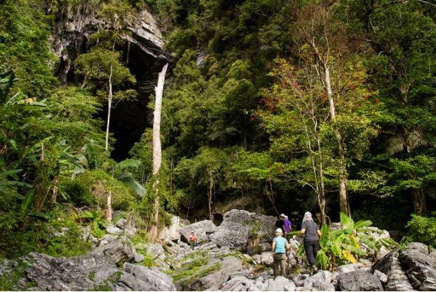 Hang Tien Cave Tour 1 Day- Phong Nha Locals Travel