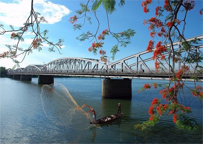 Truong Tien Bridge Hue- Phong Nha Locals Travel